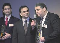 Carlos Ghosn, le président de Renault (au milieu), récompense les concessionnaires d'Algérie et d'Espagne lors des «Renault global quality awards».