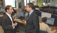 En discussion avec Rachid Khiari, chef de plateau pour les appels sortants au sein du centre de contacts parisien d'Acticall.
