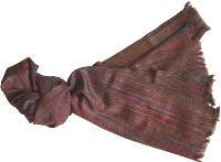 L'écharpe en cachemire et soie provenant du Népal est à 56,80 euros HT. Ces deux objets sont dans le catalogue d'Equivalence.