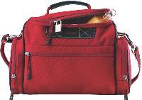 Le «vanity polochon» de Lancel accompagne vos clients lors de leurs courts déplacements professionnels (90 Euros HT).