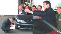 Avec l'expert, Marco Sanchez, les participants évaluent les véhicules afin de réaliser un devis des frais de remise en état.