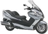 Elat propose la location du scooter Suzuki Burgman 400: 443 euros TTC par mois (douze mois, 30 000 kilomètres, entretien et pneus inclus).