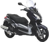 Certains loueurs, tels que Elat, proposent des scooters Yamaha, comme ce X-Max de 125 cm3.