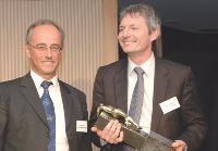 Yves Gascuel (Orange Business Services) remet au manager commercial de l'année son trophée.