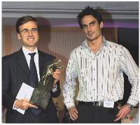 Jacques de La Guillonnière (Groupe Novelty] a remis le trophée à Antoine Jacquet (Vaudoo), à droite.