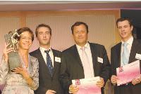 Isabelle Gogibus (Manpower), accompagnée de Gérard Baillard et Richard Dion (Mercuri International), reçoit le trophée des mains de Frédéric Bruneau (DCF).