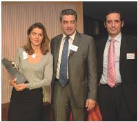 Véronique Motte (CPM), accompagnée de son client Thierry Boulât (Kraft Foods), ont reçu le trophée remis par Alain Ducrocq (Sorap).