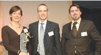 Géraldine Mirabaud (Kompass) et Jérôme Gradelet (Saphir) reçoivent le trophée des mains de Philippe Defleur (Chateauonline).