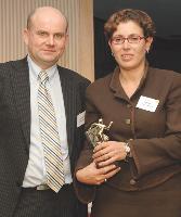 Annie Eyt reçoit son prix des mains de Patrick Metzger (Swing Mobility).
