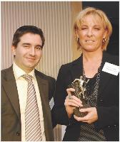 Catherine Coupet reçoit son prix des mains de Claude Cordier (Sage CRM Solutions).