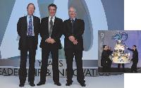 Jacky Lecuivre, p-dg de Psion Teklogix, entouré des deux fondateurs de la société, Rod Coutts et David Potter.