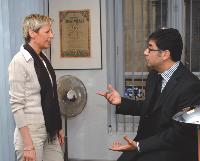 Le directeur commercial s'intéresse toujours aux recrutements en cours (à dr.)