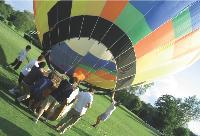 Les vols en montgolfière: deux heures pour faire la course avec les nuages.