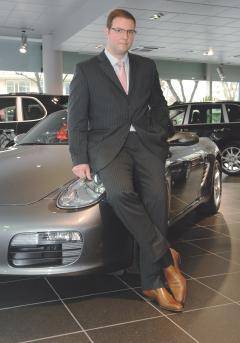 Avant de rejoindre Porsche France, Marc Ouayouna travaillé pour Mercedes, l'autre constructeur de Stuttgart. Des choix qui traduisent une véritablè passion pour l'automobile.