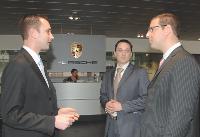 Marc Ouayoun rend régulièrement visite à son réseau commercial. Ici dans le showroom de Boulogne-Billancourt, au pied du siège social de Porsche France.