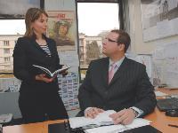 Marc Ouayoun en compagnie de la coordinatrice des ventes, Cécile Schneider, avec qui il suit les différents challenges commerciaux qu'il a mis en place pour le réseau.