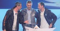 A gauche: Thomas Fischer avec un commercial et un technicien, qui ont joué un sketch.