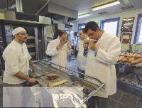 Un client se forme à la cuisson d'une nouvelle baguette lancée par les Grands Moulins de Paris.