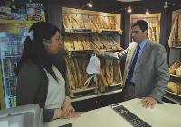 Dans une boutique Ronde des Pains, Laurent Le Gaudu dispense des conseils de merchandising.