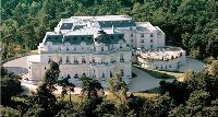 Niché dans son écrin de verdure, le château Mont Royal à Chantilly.