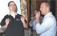 Après le dîner d'ouverture de la convention, place au karaoké Frank Mars annonce que les vainqueurs remporteront une console Wii