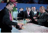 Le cocktail de clôture est l'occasion d'accorder un peu de détente aux invités et de participer à une loterie.
