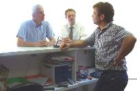 Ils rencontrent un distributeur qu'ils accompagnent ensuite dans ses locaux.