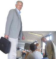 Chaque matin, Michel de Zukowicz rend visite aux six commerciaux sédentaires, chargés, entre autres, du suivi des devis.