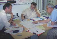 Le directeur commercial étudie les plans techniques d'un bâtiment dans lequel il doit installer des pompes.