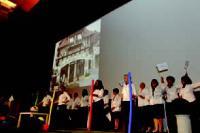 Une partie de l'équipe du siège de Nutrimetics sur scène, pour ouvrir la convention accueillant les meilleures consultantes beauté de la société.