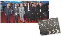 Junzo Sano (2e à gauche), conseiller du président de Oki Printing Solutions Japon, entouré de commerciaux Oki et de revendeurs.