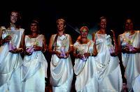 Durant la soirée de gala, les consultantes habillées en déesses grecques reçoivent de nombreux cadeaux pour leurs performances commerciales.