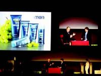 François-Xavier Onfray (à droite) présente lui-même la nouvelle gamme de produits destinés aux hommes.