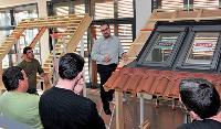 Tous les salariés de Velux suiventun stage de deux jours pour apprendre la technique de pose des produits vendus par la société