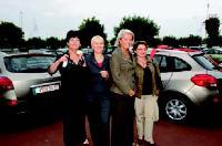 Le p-dg de Nutrimetics France, Marie-France de Chabaneix (3e en partant de la gauche), remet les clés de trois Clio à ses meilleures directrices régionales.