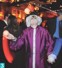3- Acrobates et jongleurs ont distrait les invités.