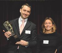 Igor Dumas, directeur des ventes de Fiat France, s'est vu remettre le trophée par Alicia Moya (Orange).
