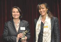 Sylvie Gallois (Butagaz) a reçu son prix des mains d'Yvelise Lebon (Cegos).