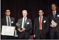 Francis Crépin, du Sorap (à droite), a remis le trophée à Stéphane Halimi, Thomas Martin et Alain Ducrocq (Ajilon).