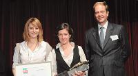 François Crépin (Sorap) remet le trophée à Agnès Beuchet et Sandra Perriot (Pro Deo).