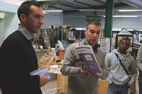 Un technico-commercial de Placoplatre et un commercial d'Isover présentent leur offre commune «Confort & rénovation» à des artisans.