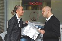 Un client découvre les usages des solutions de Ricoh avec l'une des assistantes commerciales de l'équipe Ile-de-France, à Clamart (Hauts-de-Seine).