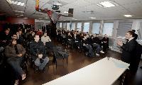 Cyril Capel, directeur associé de CCLD Recrutement, accueille les candidats au Kart'in d'Aubervilliers.