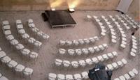 La Cour du Marais dispose d'une cour pavée abritée pouvant accueillir 160 personnes en disposition théâtre.