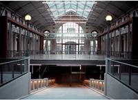 Le 104, centre culturel situé dans le nord de la capitale, propose deux halles sur 39 000 m2.