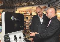 Un commercial de Daytona en mission pour HTC dans le cadre d'une soirée privée organisée par la Fnac des Ternes à Paris, le 18 décembre 2008, pour ses adhérents et ses clients VIP.