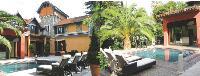 La Villa Kelly, à Cannes, dispose d'un salon d'une capacité de 50 personnes.