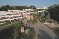 L'EM Lyon offre plusieurs formules d'Executive MBA sur deux ans, pour 30 000 euros environ.