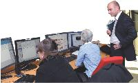 Erik Monjalous qui fait la navette entre ses différents bureaux se «pose» 5 minutes au sein du «desk» photo de l'AFP.