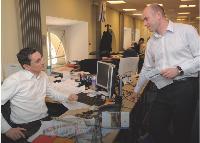 Erik Monjalous avec Otman Meriche, responsable de la cellule business développement créée pour fournir de nouvelles offres adaptées à Internet ou encore aux téléphones mobiles.